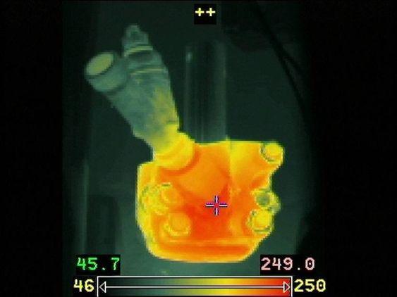 UISOLERT: Indikatrorkranen mellom sylinder 4 og 5 om bord i Richard With, som har samme motorer som Nordlys. Termografibildet viser at tempraturen er over 250 grader og den er uisolert, i strid med SOLAS-kravene.