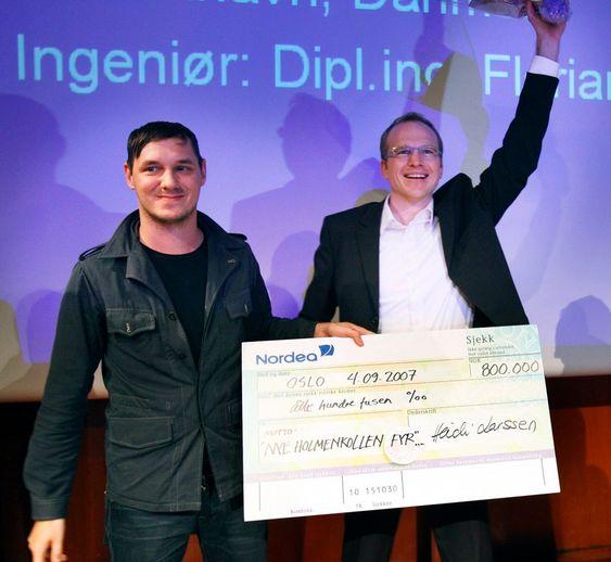 HARMONI: 4. september 2007 fikk Julien de Smedt (t.v.) og Florian Kosche en sjekk på 800.000 kroner for vinnerprosjektet Holmenkollen Fyr.