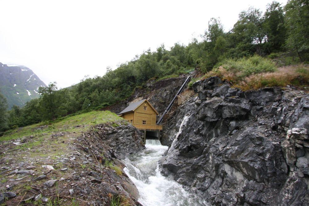TILKOBLET: De som ønsker å bygge ut småkraft kan juble, for nå får nettselskapene plikt til å ruste opp nettet og ta imot strømmen deres. Dette er Vågen småkraftverk i Austefjorden i Volda.