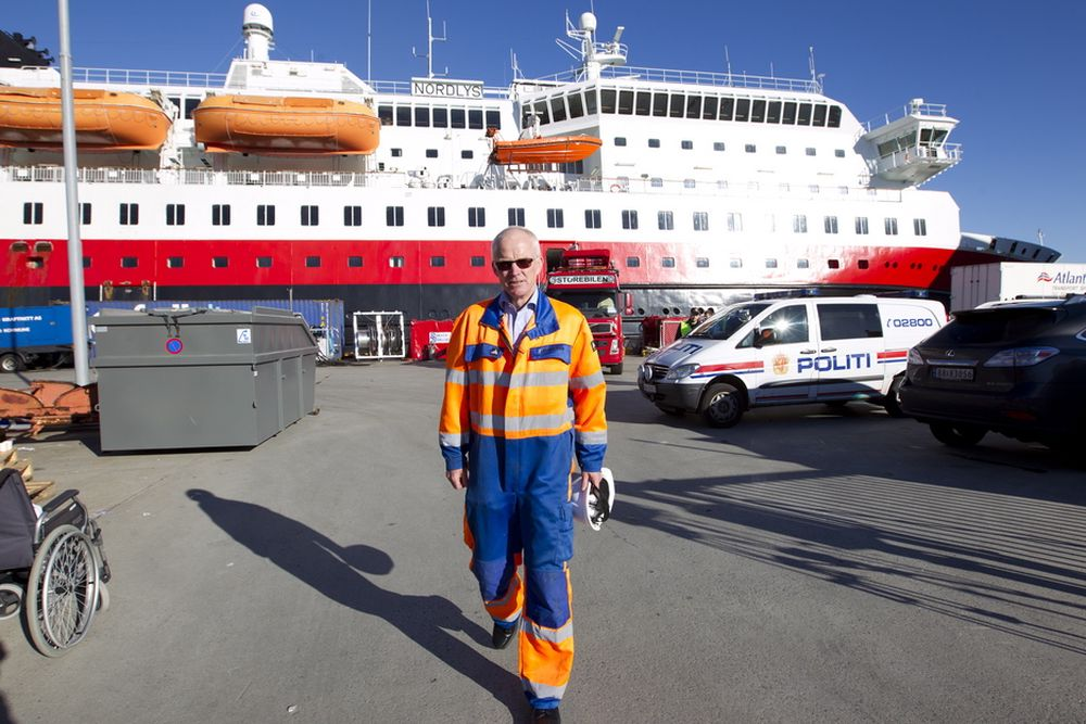 BLIR LIGGENDE: Konsernsjef Olav Fjell legger vanskelige dager bak seg etter at Nordlys torsdag ble rammet av brann. Her foran hurtigruteskipet som blir liggende til kai i Ålesund.