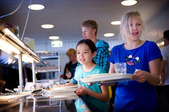 TENKER MILJØ: Finske skoler er opptatt av at elever skal trives. Skolene sørger blant annet for at elever får sunn og god mat i lunsjen. Tilgang på varm mat gjør at flere følger bedre med resten av skoledagen.