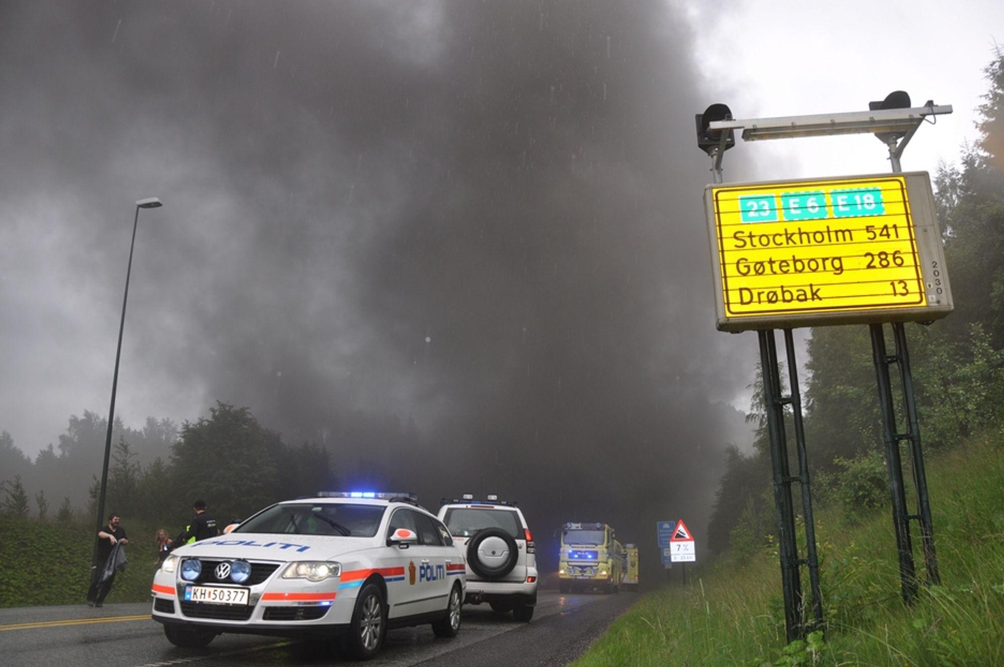 Det ble dramatisk etter at en lastebil torsdag tok fyr nær bunnen av Oslofjordtunnelen, røyk veltet ut av begge tunnelåpninger.