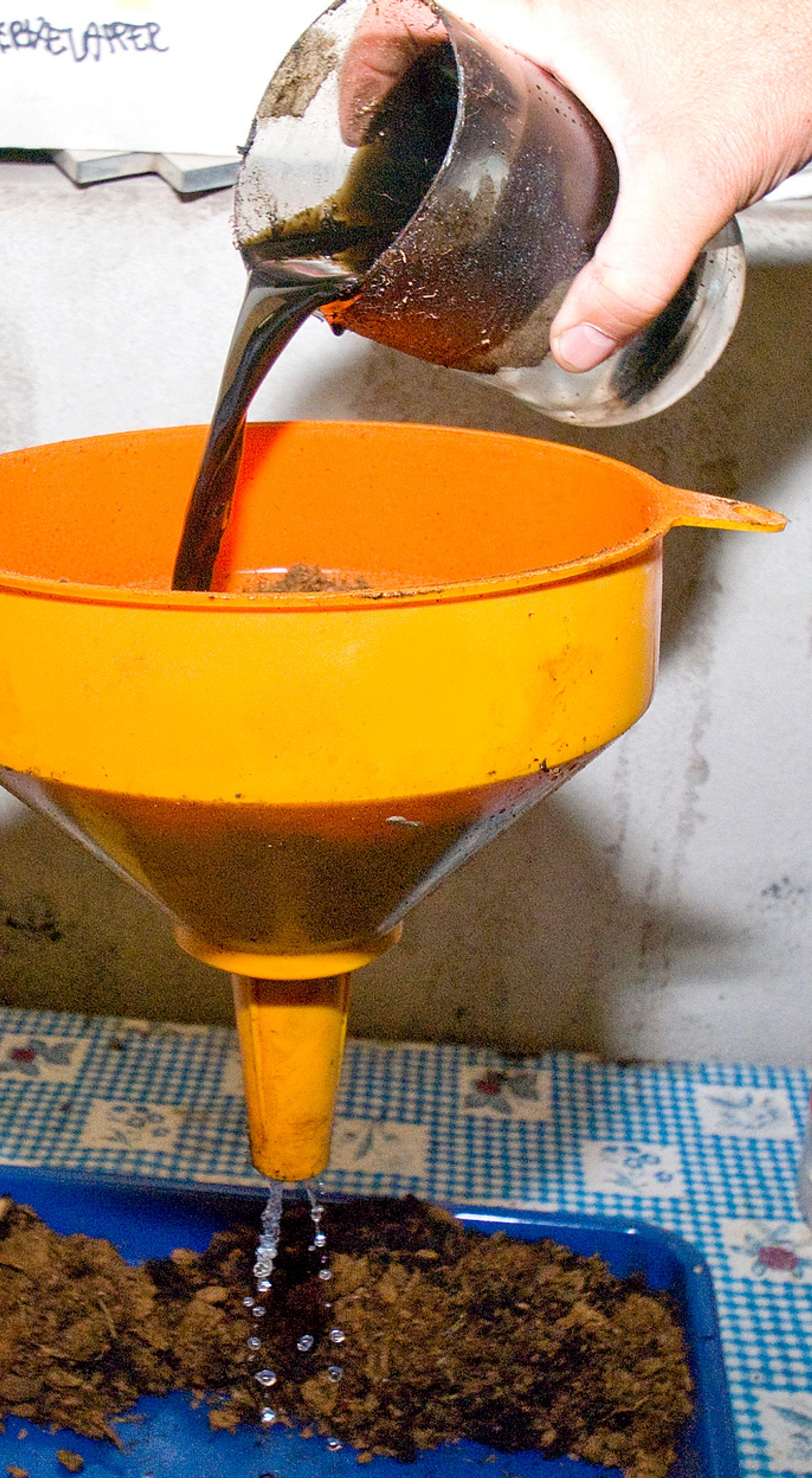 Trekker olje fra vann