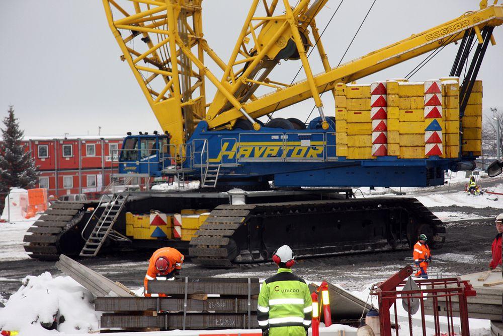 GIGANTKRAN: Nordens største beltegående mobilkran gjorde nettopp sitt første løft på Fornebu i forbindelse med Skanskas bygging av kontorlokaler for IT Fornebu hvor Statoil er leietaker.