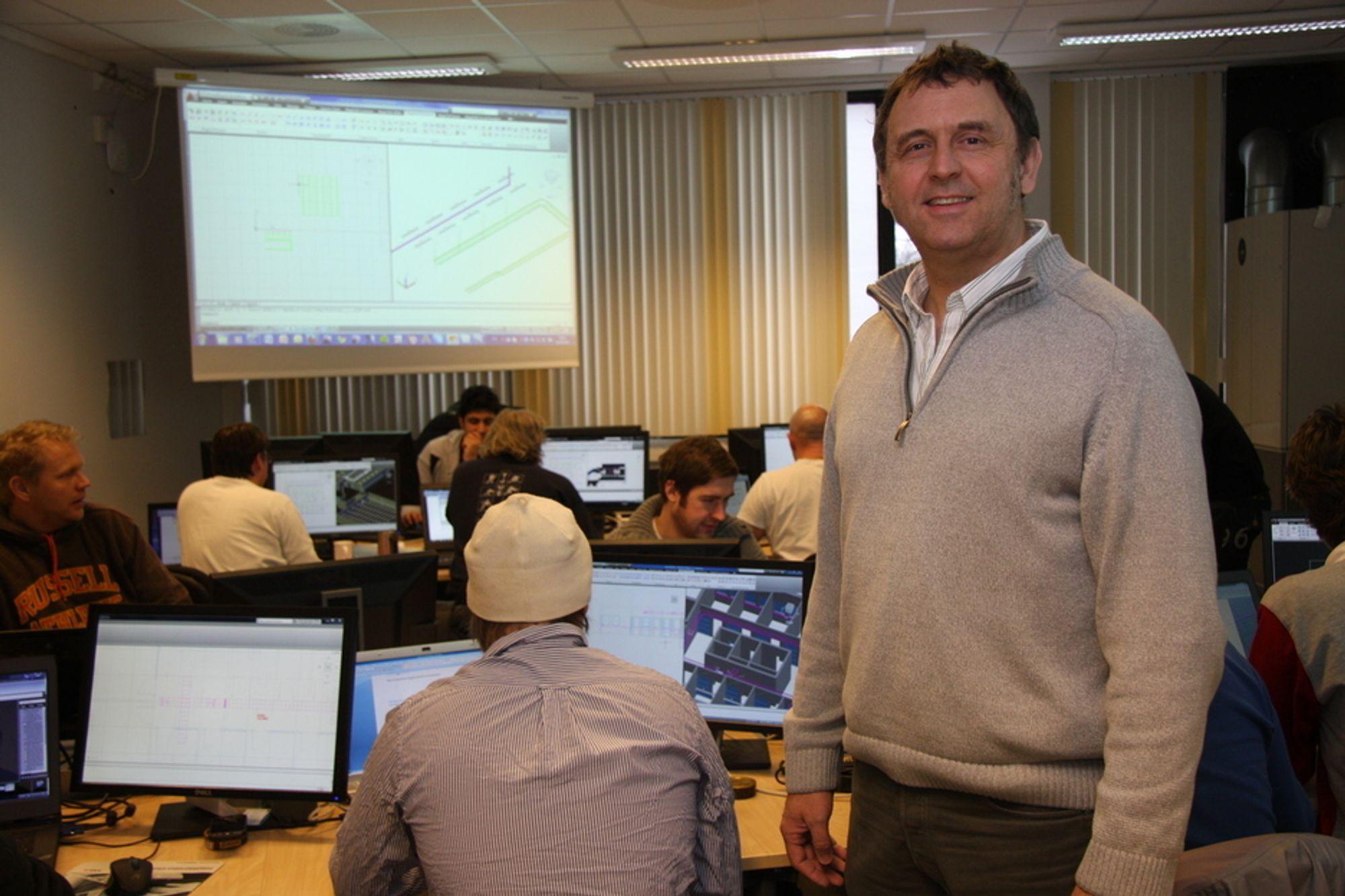 ØKER: Teamleder for BIM-utdanningen ved Fagskolen i Oslo,  Ingold Sundfør, i den ene av to klasser som nå er i ferd med å fullføre utdanningen som BIM-tekniker.