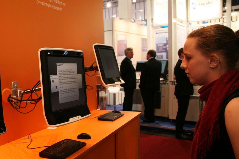 Svenske Tobiis løsning lar deg for eksempel lese e-bøker eller nettsider uten å måtte bevege deg for å scrolle. Øyesensoren følger med på hvor i teksten du befinner deg, og scroller automatisk deretter.