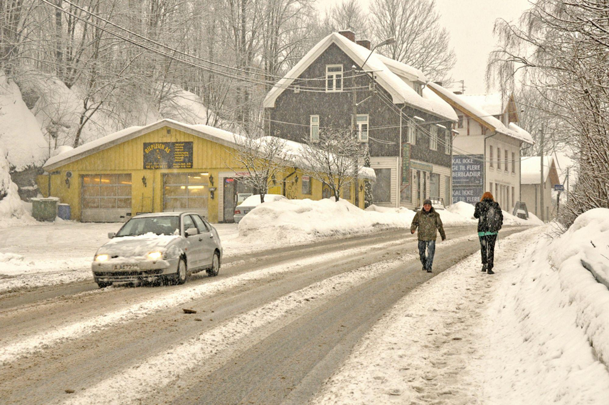 Fortauet er altfor smalt på en del av fylkesveg 164, også kjent som Leif Larsens vei. Når det blir ytterligere innsnevret av snø, blir kjørebanen ofte tatt i bruk av fotgjengere. Fortauet blir utvidet når Løkkeåstunnelen blir ferdig.