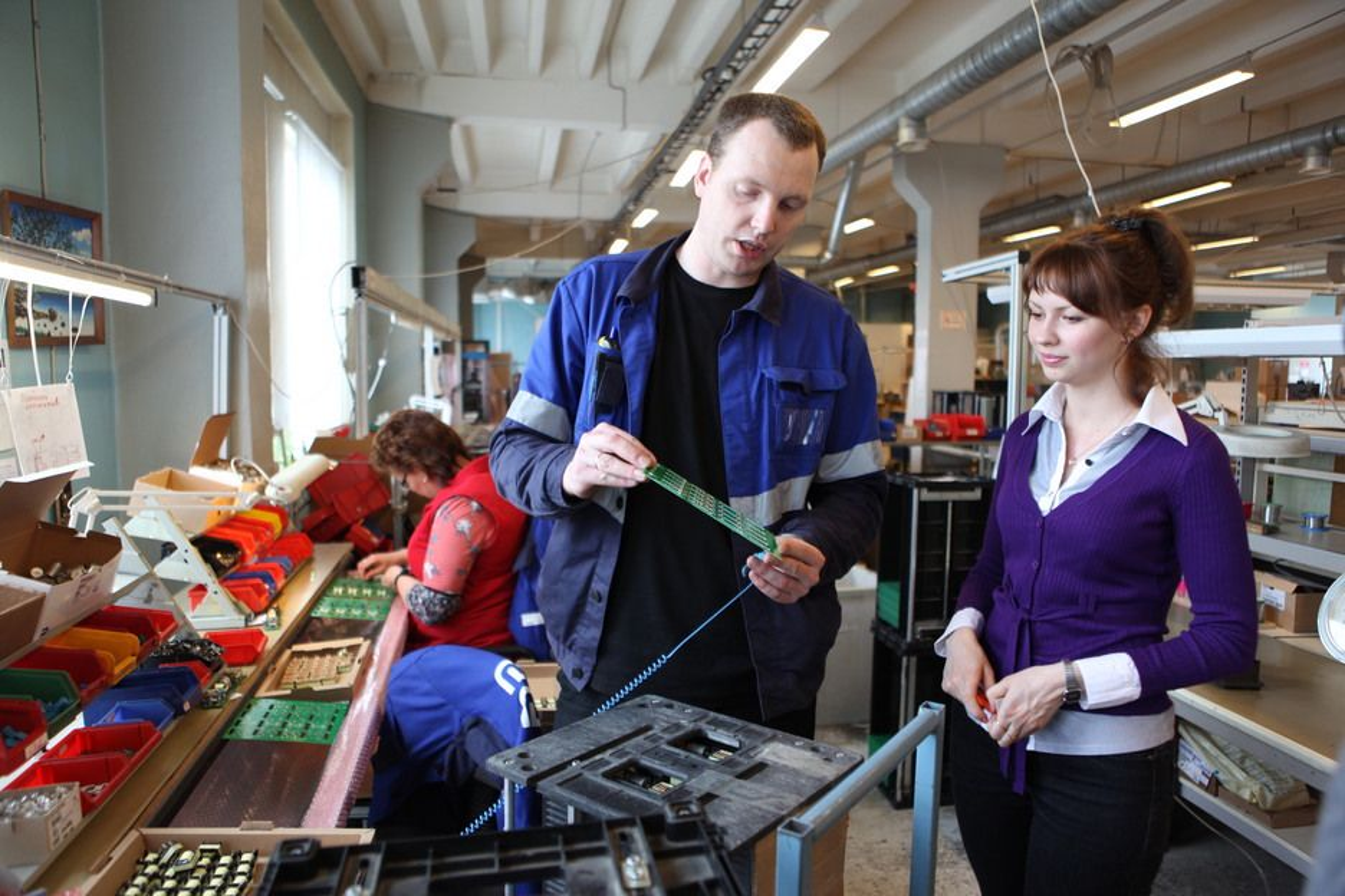 KONTROLLERER: Visedirektørene Misja Matskevitsj og Olga Sjabanova følger produksjonen i Murmansk. De ferdige produktene sendes til Kirkenes, hvor de skipes ut på verdensmarkedet.