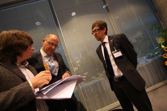 Optimistisk: Direktør for gasskjøp og styreleder i VNG Norge, Michael Ludwig, forklarer russiske journalister at Norge ikke går tom for gass med det første.