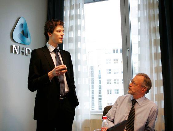 Kristoffer Eide Hoen, prosjektleder for Næringslivets økonomibarometer. Til høyre NHOs sjeføkonom Tor Steig.