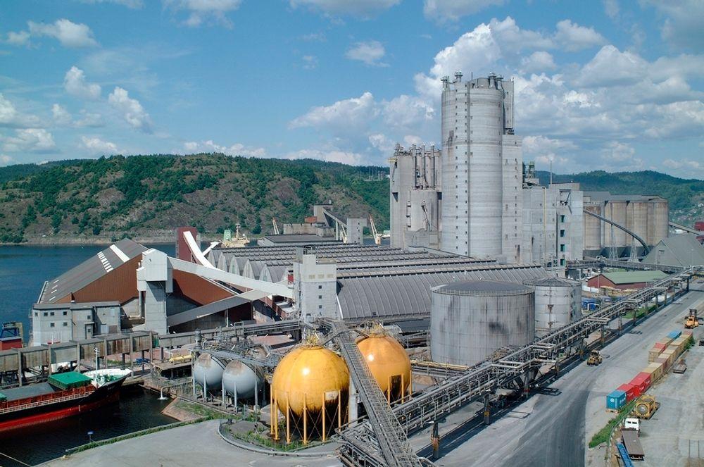 Yara Porsgrunn dominerer industriområdet på Herøya med store fabrikasjonsanlegg, lagerområder, siloer og utskipingshavn.