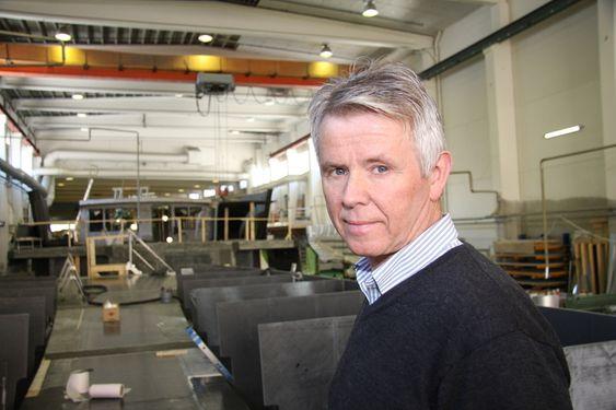 LÆRT OVER TID:  Adm. dir. Tor Øyvin Aa i produksjonshallen. Brødrene Aa bygget opp kompetansen på karbonbygging over tid og fikk eksperthjelp i starten.