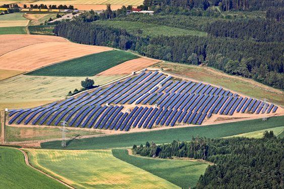 Luftbild vom Solarfeld bei Wölflkofen Scatecs solparker. Dette er Scatecs solparker. Dette er Ergolsbach på 5 MW i tyske Bayern.
