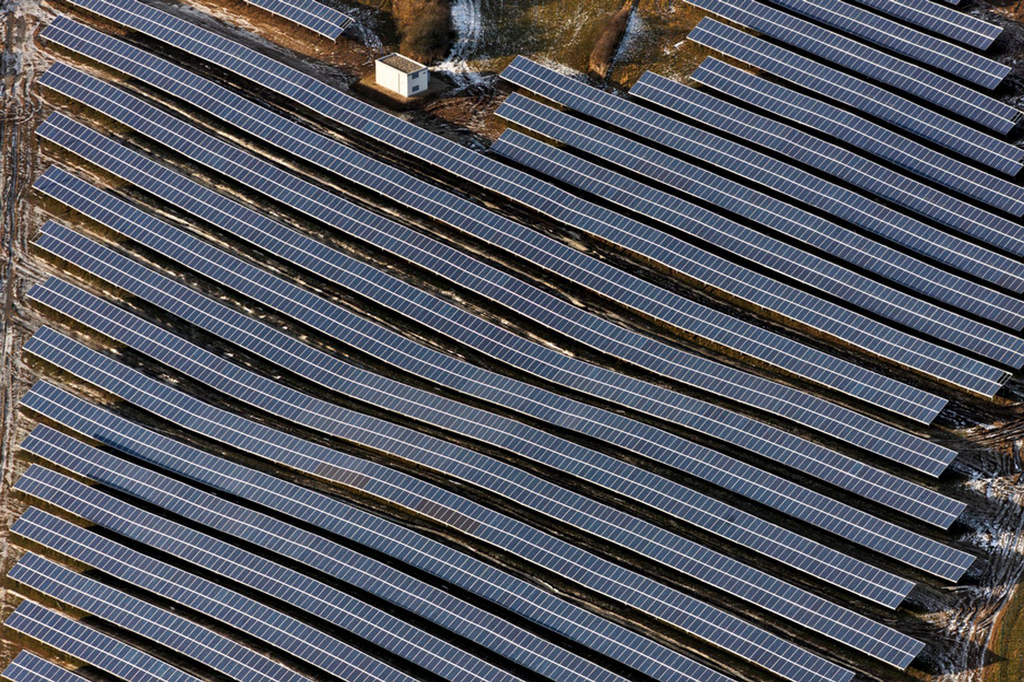 INGEN FOTBALL: Solcellepaneler levert av Scatec Solar i Bayern. Anlegget på bildet er på 5,6 MW, mens Sør-Afrika-kraftverket vil bli på 75 MW og dekke et areal tilsvarende 140 fotballbaner.