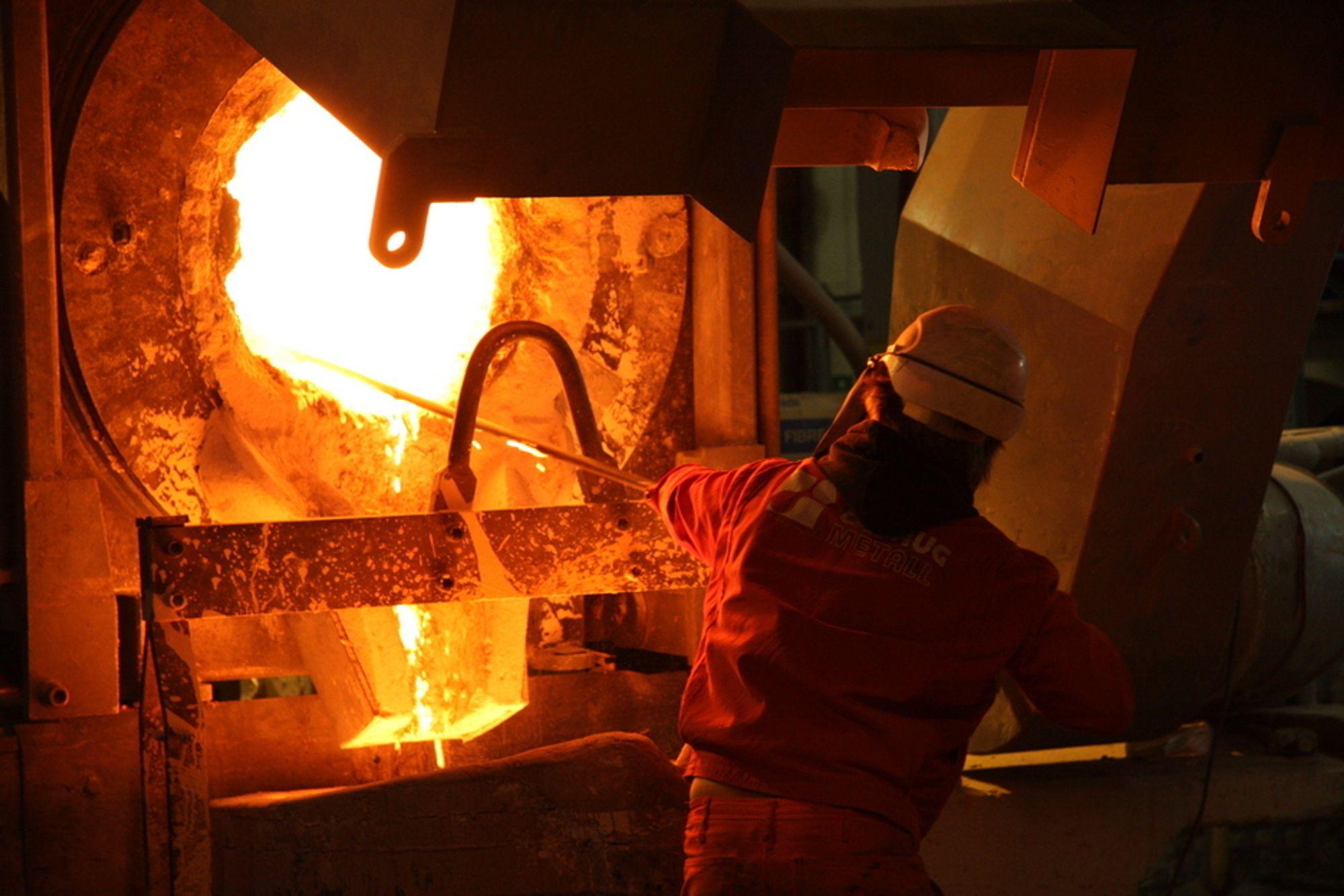 TO BØTTER: Et stort propellblad på rundt ett tonn skal støpes og krever smelte fra to ovner.