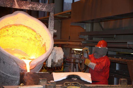 SAKTE: Smelten må helles opp i formen i riktig tempo for at formen skal fylles korrekt og uten å skape turblens. Det vil svekke metallets egenskaper på grunn av oksidasjon.