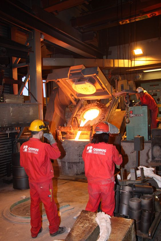 HOT POT: Smelten bestående av nikkel, aluminium og bronse, er på ca. 1300 grader når den helles over i bøtta.
