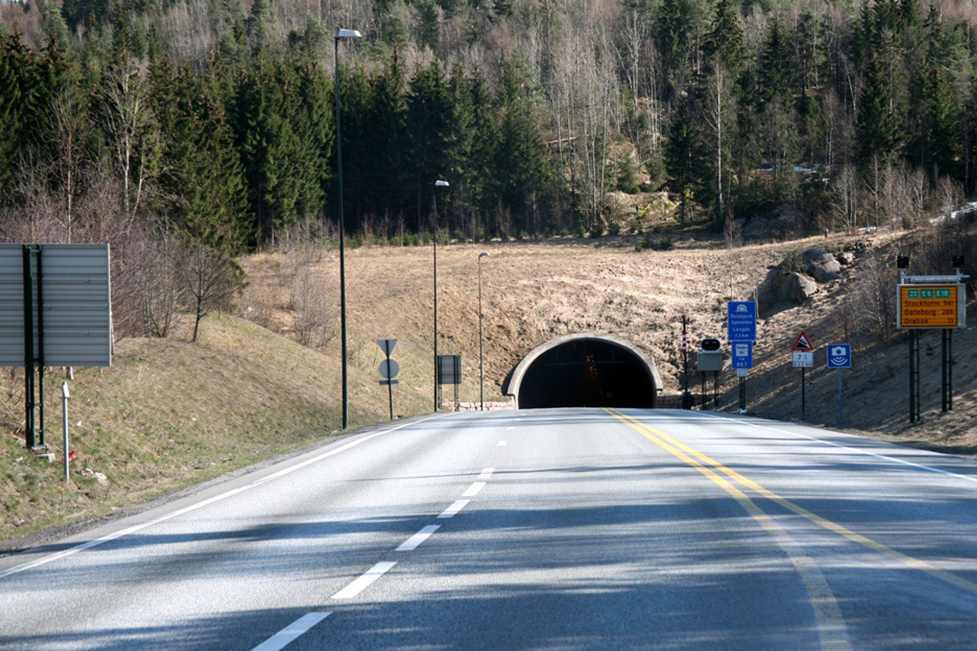 FORTSATT IKKE FOR TUNGTRANSPORT: Strakstiltak i Oslofjordtunnelen gir ikke tilstrekkelig sikkerhet ved åpning for trafikk over 7,5 tonn.