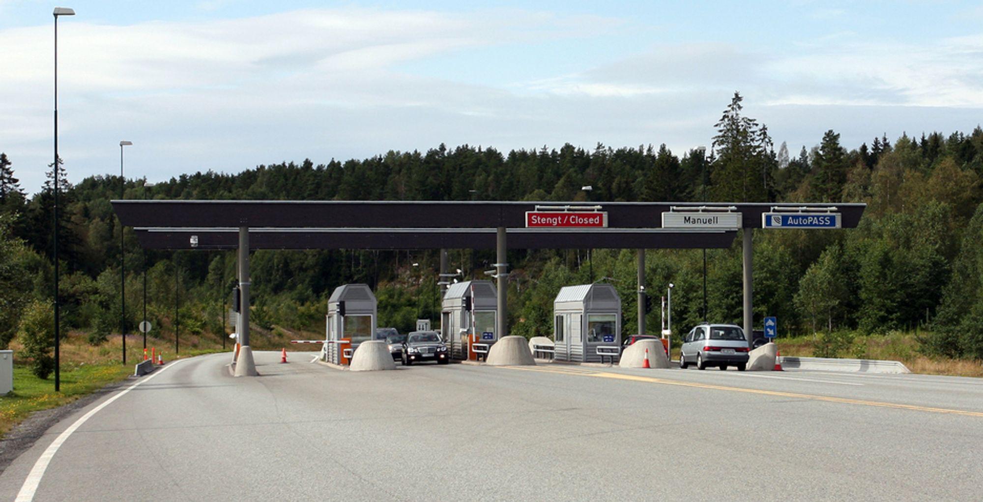 Bomstasjonene på begge sider av Oslofjordtunnelen forsvinner trolig i 2012. Da er de nødvendige 1,3 milliarder kronene hentet inn fra bilistene.