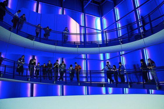En blå verden:  Tilskuerne venter på et geysirutbrudd inni den blå kuben.