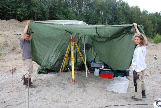 MÅLER PÅ ULIKE DYBDER: Geeraert Muriel fra Institutt for geovitenskap ved Universitetet i Montpellier i Frankrike samler vannprøver og måler trykk og temperatur på seks, ti, femten og atten meters dyp.