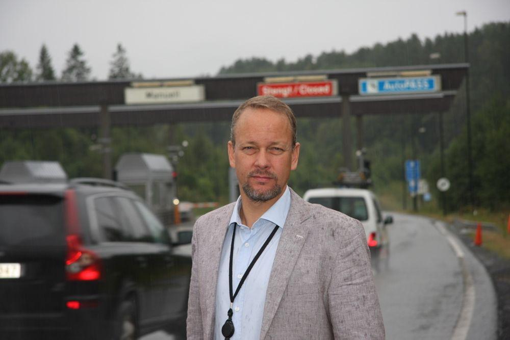 KRITISK: - Dagens samferdselsplanlegging har gått ut på dato, og Nasjonal Transportplan er egentlig verdiløs fordi den ikke er forpliktende, sier sivilingeniør i transportteknikk- og logistikk, Bjarte Grostøl. Her er han ved bomstasjonen før Oslofjord-tunnelen på Drøbak-siden.