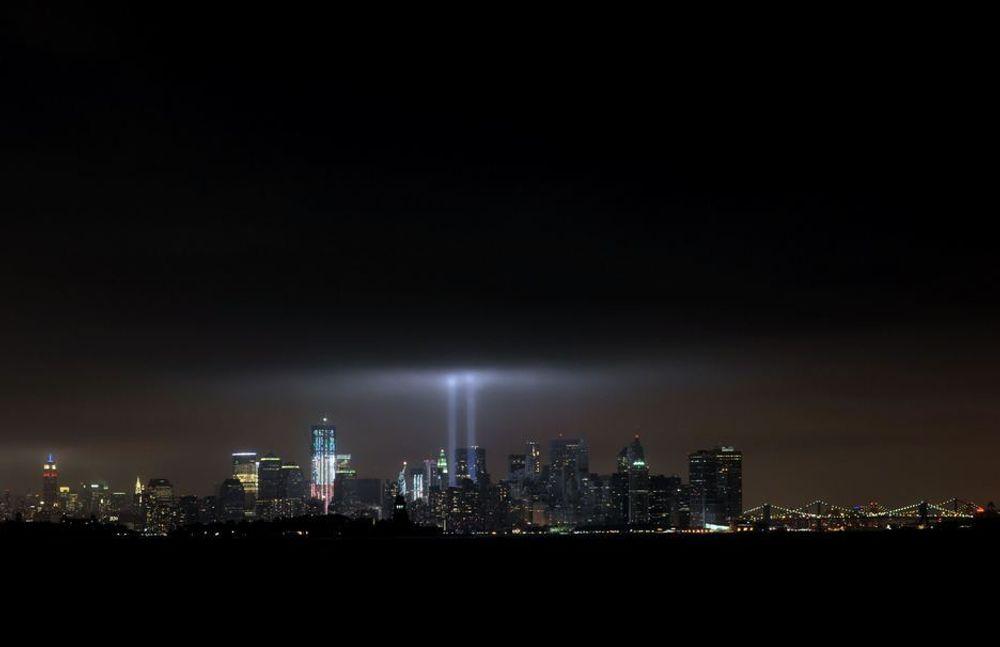 FANT IKKE TRAPPENE: Mange av de som evakuerte WTC-tårnene, visste ikke hvor trappene var. Bildet viser Manhattans skyline med tvillingtårnenes plassering opplyst under minnemarkeringen ti år etter terrorangrepet 11. september i år.