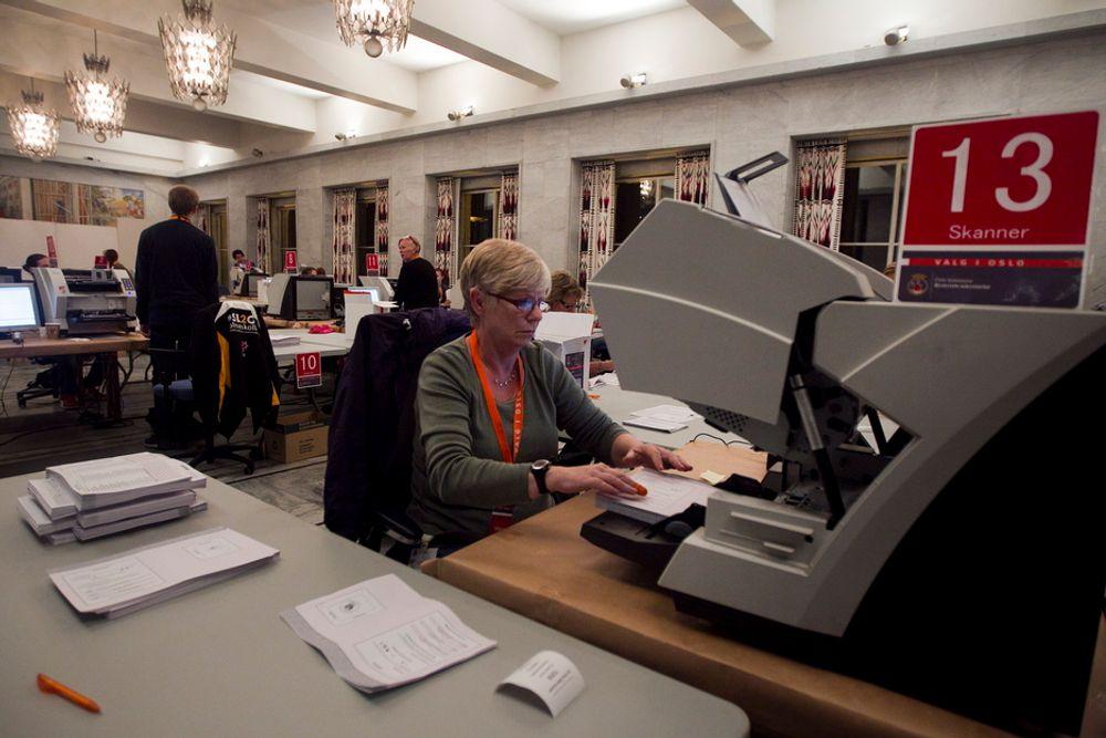 SKANNER: Aud Vestlund fra Nannestad skanner og teller stemmer i Oslo Rådhus natt til tirsdag. Selv om Oslo ikke hadde svikt i skanner-systemet, var det flere kommuner som slet med det problemet i natt.