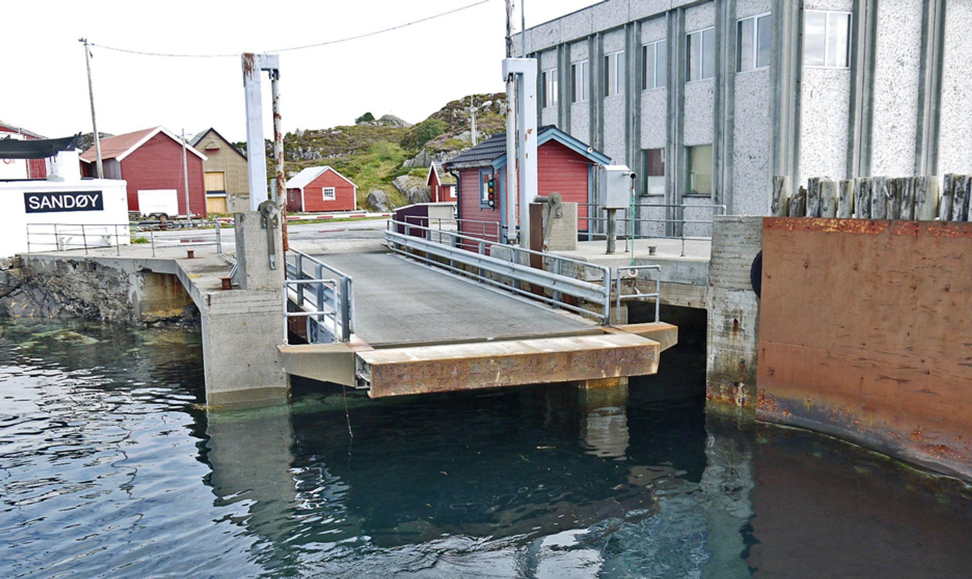Her på Sandøy skal fergekaibåsen utvides mot venstre for at fergekaibrua skal kunne flyttes i samme retning. Tilleggskaia til høyre blir bygd om og forlenget, og de rustne stålplatene blir erstattet med et moderne fenderverk.