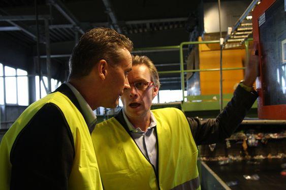 TYSK KONTROL: Titech-maskinen kan programmeres fra Tyskland der service-avdelingen til Titech sitter. Til venstre: Kjel Olav Maldum (Norsk Resirk) og Tom L. Eng, Titech.