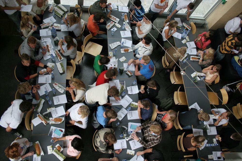 studetner spiser lunsj på Gløshaugen. Bildet er tatt ovenfra.