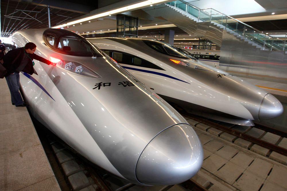 Disse høyhastighetstogene går på strekningen Shanghai-Hangzhou på Kinas østkyst. 202 kilometer går unna på 45 minutter.