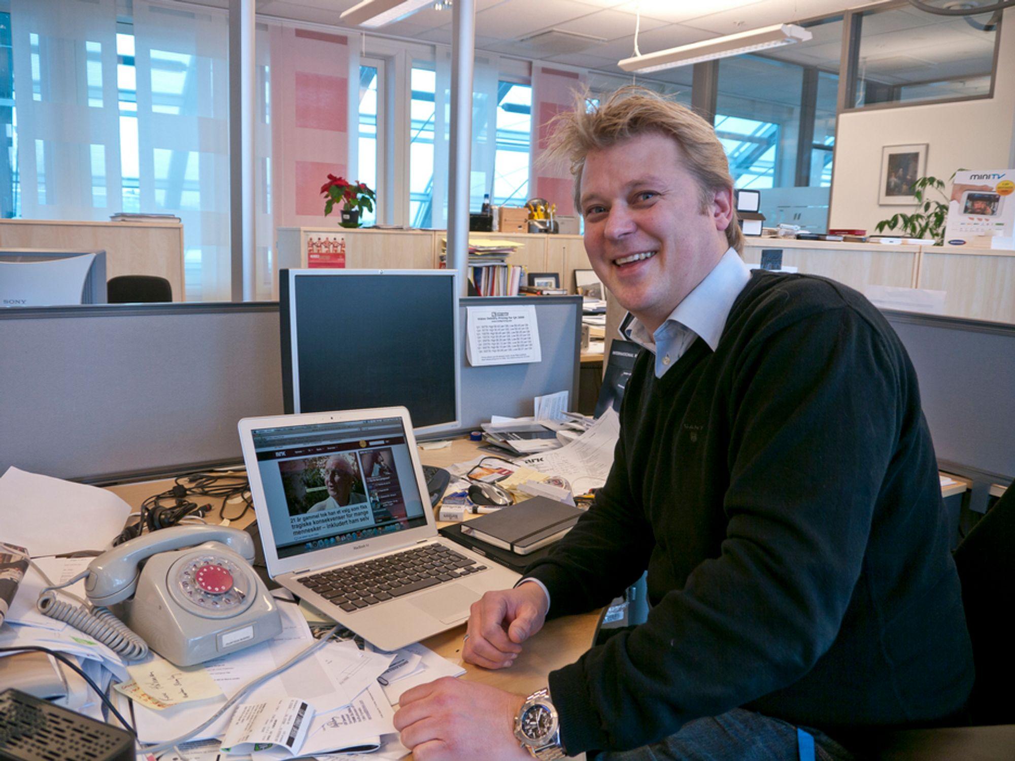 BREDT: NRKs sjef for IP-distribusjon, Bjarne Andre Myklebust bygger opp en ny nett-tv som kan overføre 16 sendinger på én gang. Legg merke til den gamle telefonen med dreieskive. Den har Myklebust bygget om slik at den fremdeles virker.