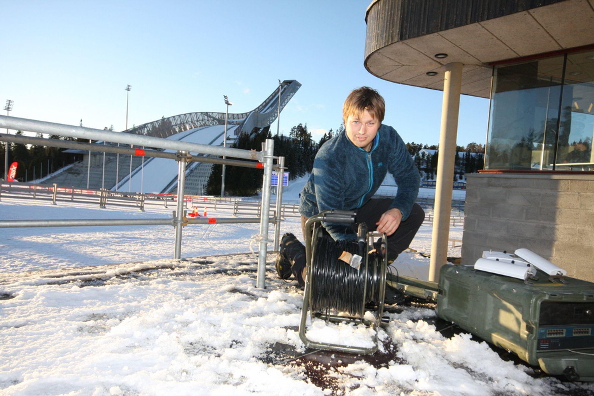 PROVISORISK:  Magne André Gullingsrud drar veksler på erfaringer fra internasjonale konfliktområder og norske vinterøvelser når han rigger det provisoriske VM-nettverket.