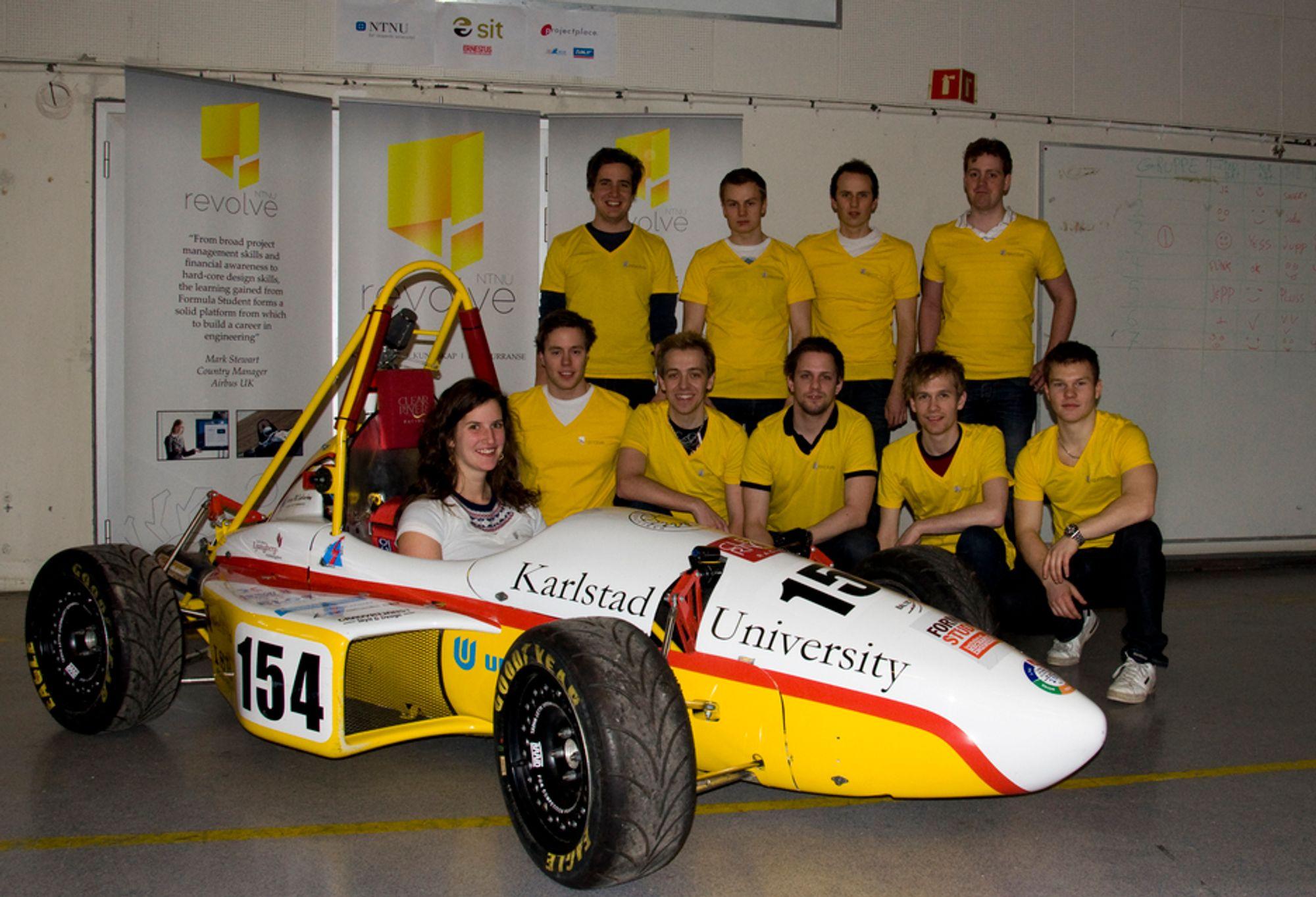 STUDENTBIL: Revolve NTNU er navnet på studentorganisasjonen som skal bygge en racerbil mot konkurransen Formula Student i 2012. Foreløpig har de lånt en bil av universitetet i Karlstad for å promotere seg.