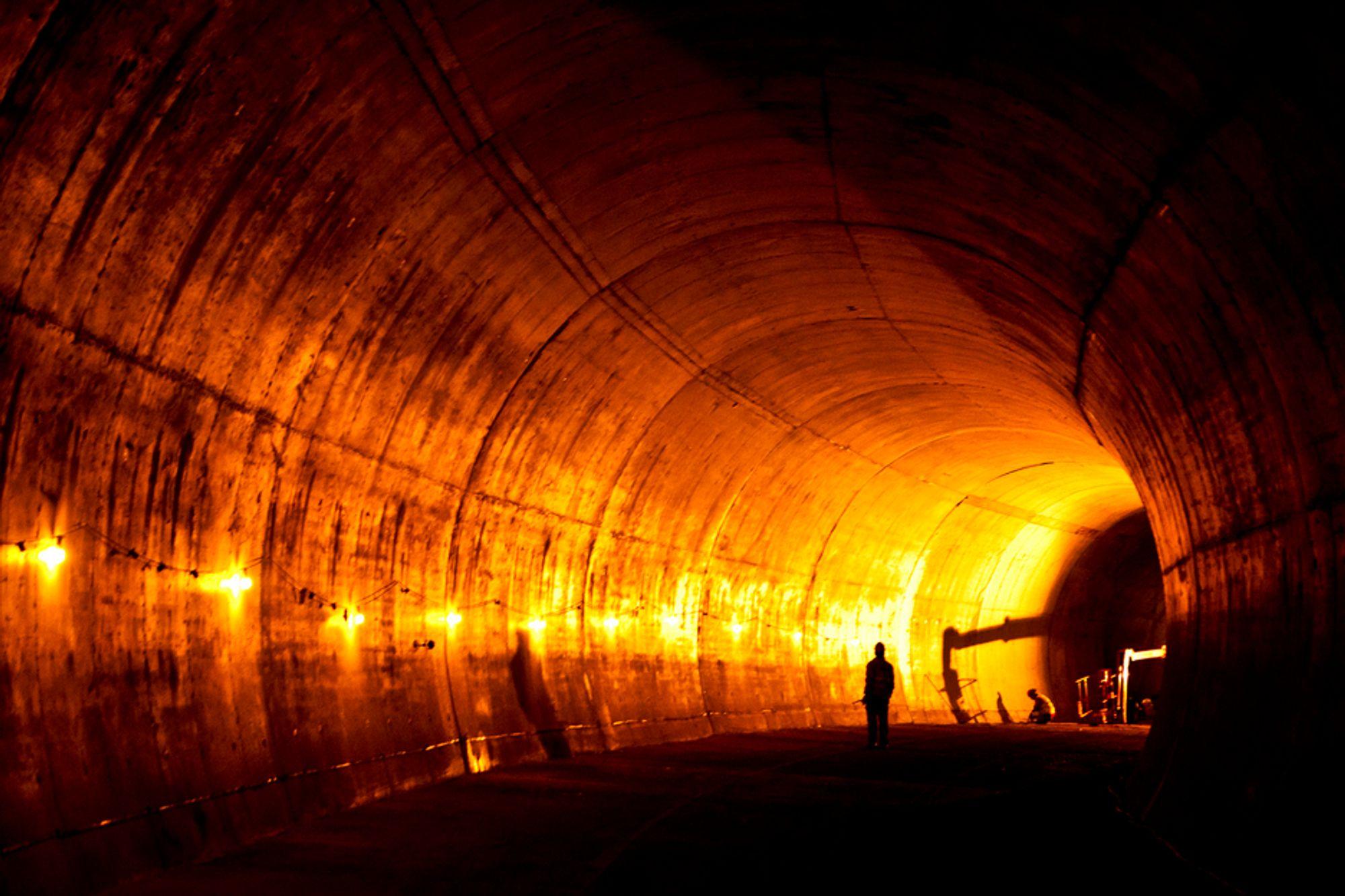 Full utstøping i norske veitunneler er et stort steg tilbake, mener en rekke norske eksperter på tunnelbygging.