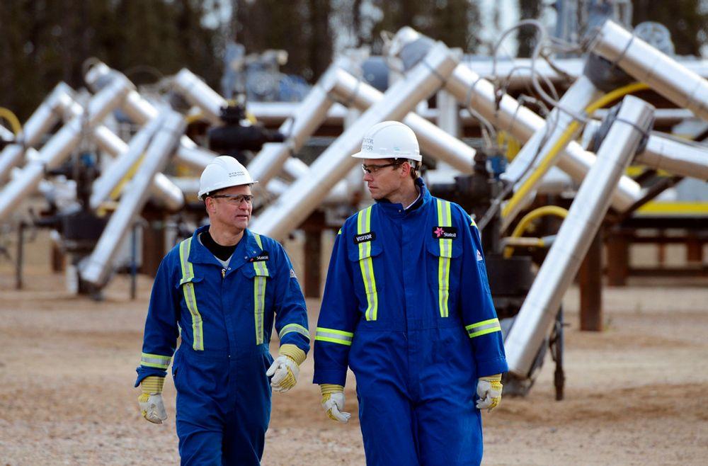 Senterpartileder Liv Signe Navarsete føler seg nødt til å ta en prat med Ola Borten Moe etter olje- og energiministerens uttalelser om canadisk oljesand. Her Borten Moe (t.h.) med Statoils Canada-sjef Lars Christian Bacheri i Conklin, Alberta.