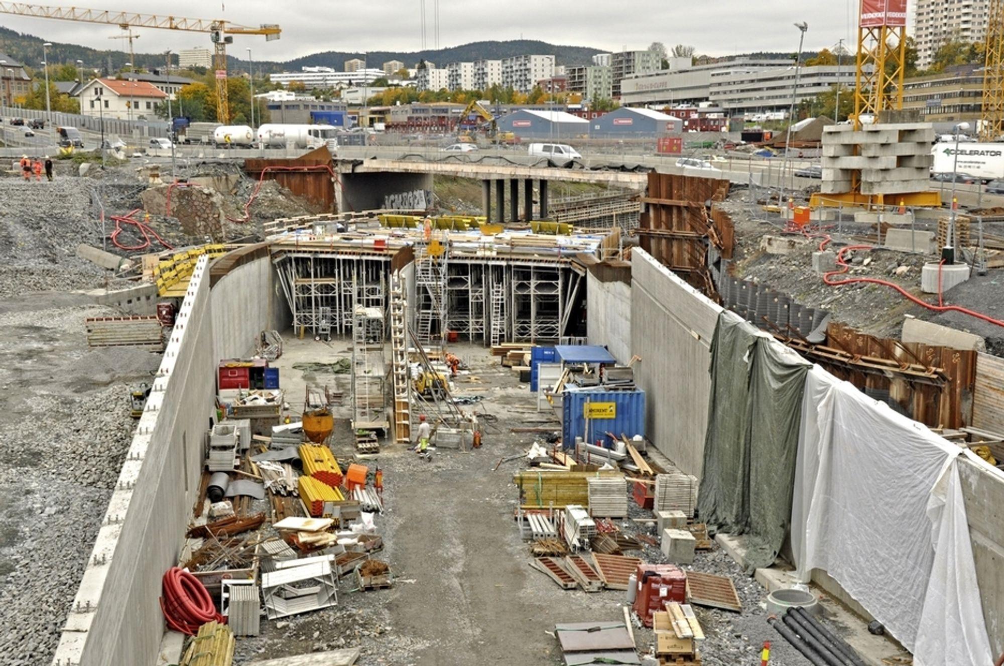 Bildet viser Økerntunnelen som støpes i åpen grøft. Anbudene på elektromontasjen i denne tunnelen og Lørentunnelen er jevne. Ingen kan føle seg sikker på kontrakten.