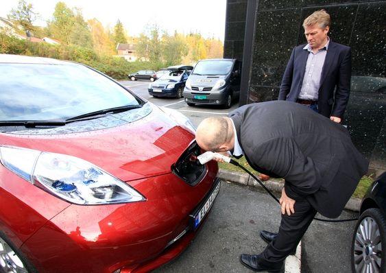 Markedssjef Frode Langli (t.h) og resten av Nissan Norge får en travelt i høst med å klare å levere alle de bestilte Nissan Leaf.
