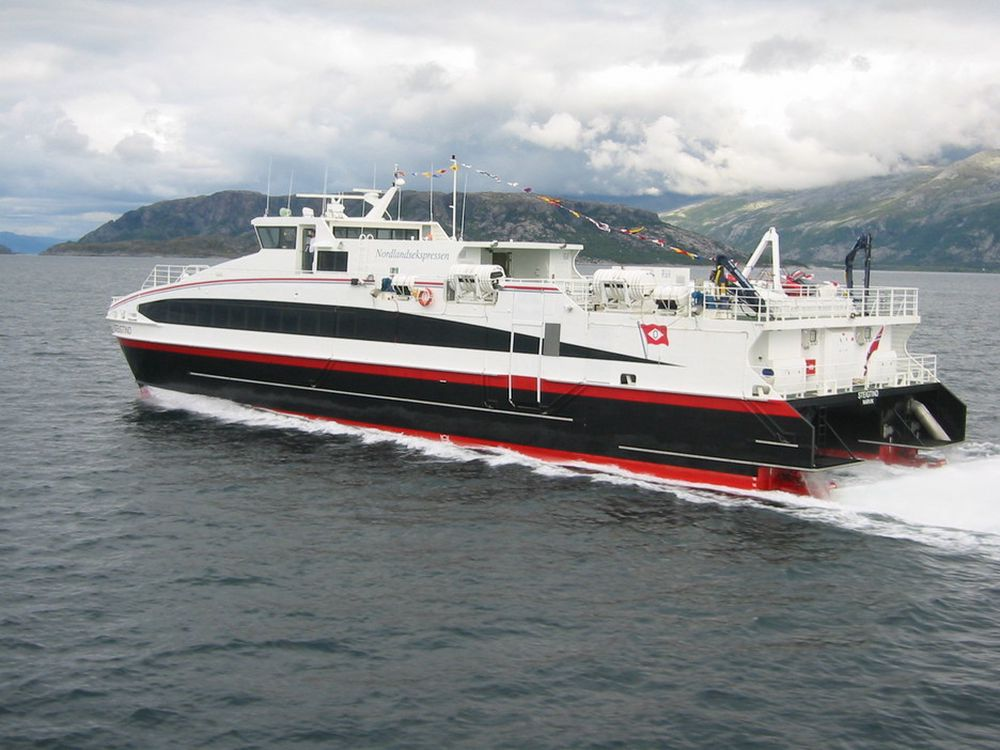 RASKERE OG LETTERE: Hurtigbåten Steigtind går i rute Sandnessjøen-Svolvær (Nordlandsekspressen) og alternerer med søsterskipet MS Salten. Bygget 2003 av Austal-gruppen. Forbruk: ca. 1.000 liter diesel/tim. NOx-anlegg vil redusere  vekt  med flere hundre kilo og NOx-utslipp med 80%. Hver kilo spart, betyr 28 liter mindre drivstoff pr. år.