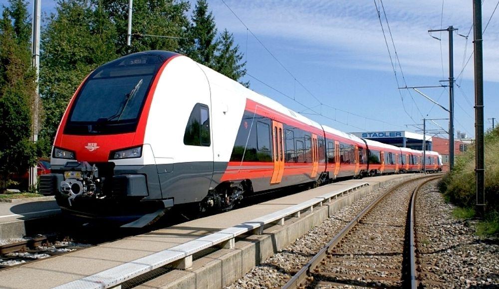 Det første Type 74 togsettet til NSB ble bygget her på Stadler-fabrikken i fjor høst. Denne uka startet testingen i Norge.