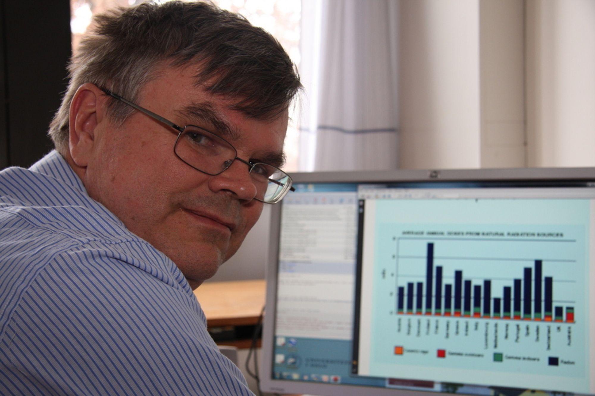 UFARLIG STRÅLING: -Den daglige strålingen sivilpersoner utsettes for, er ufarlig, sier professor i kjernekjemi ved Universitetet i Oslo, Per Hoff. På PC-skjermen vises en graf om doser fra naturlige strålingskilder i forskjellige land. Finland har høyest nivå av radon-stråling, Norge og Sverige har også mye av denne type stråling.