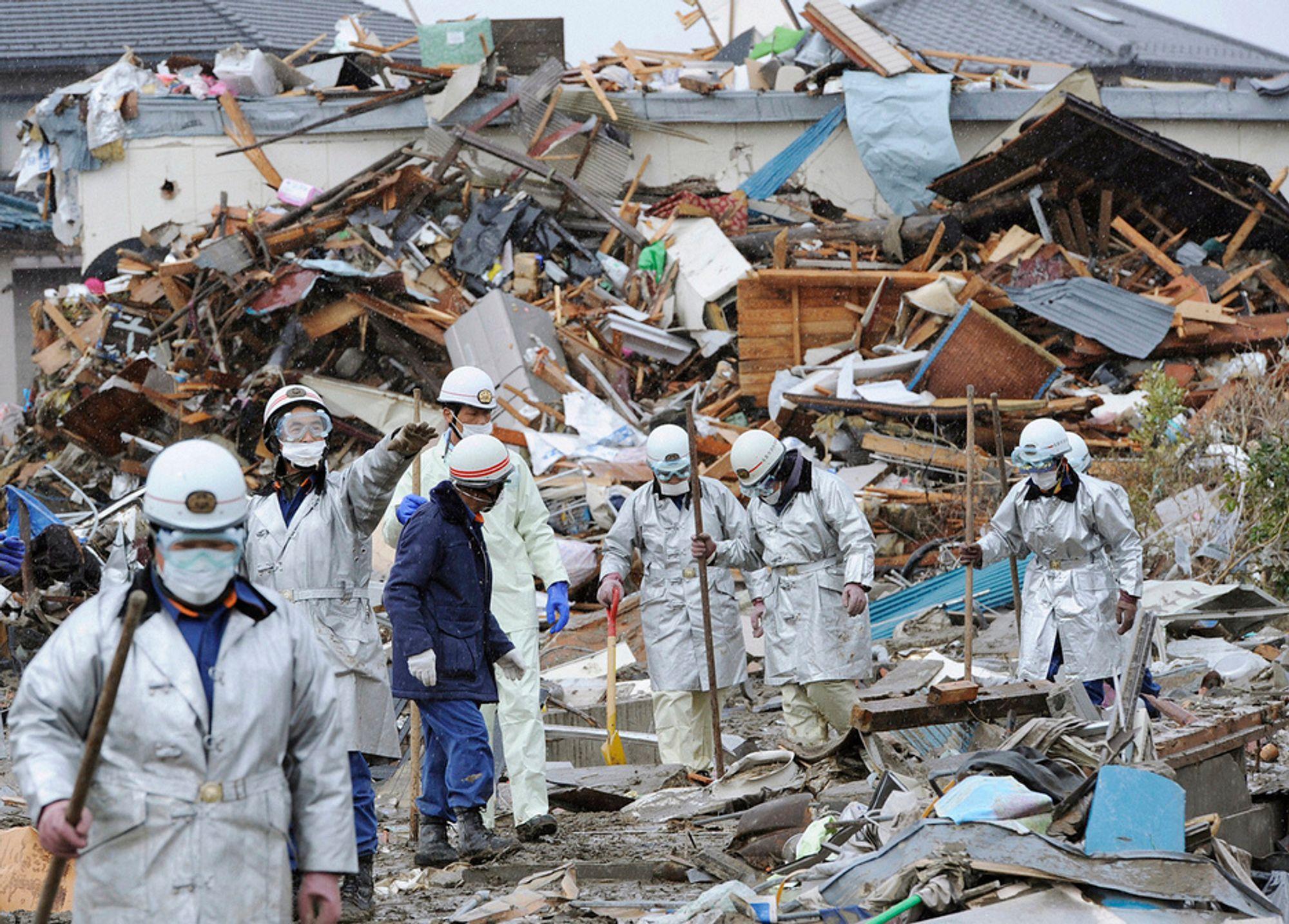 Redningsarbeidere leter gjennom sammenraste bygninger i Natori.