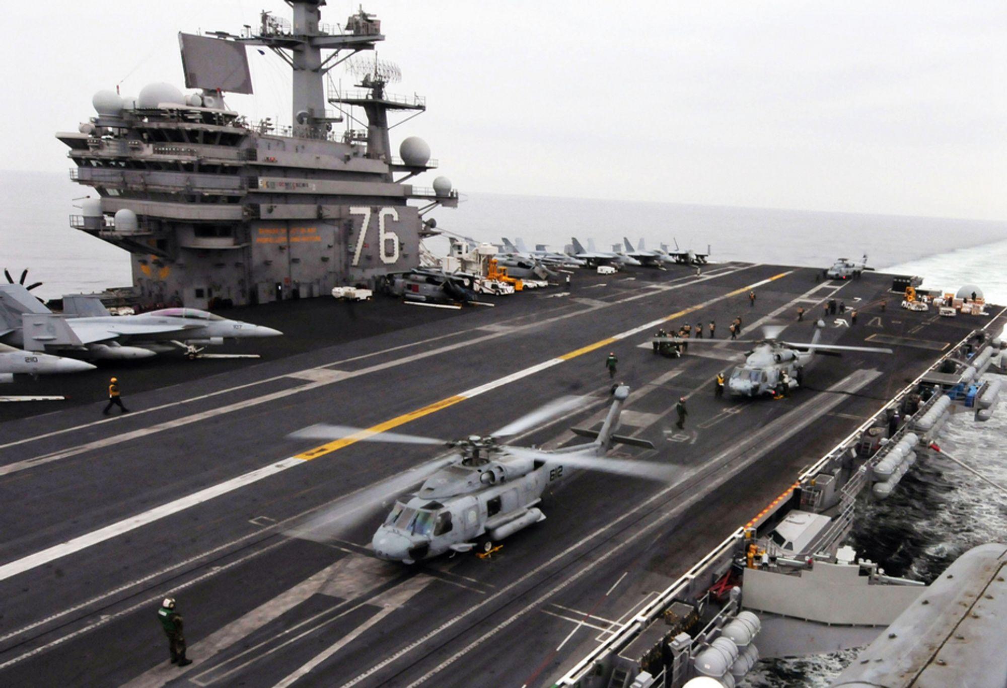 I JAPAN: Amerikanske HH-60H Sea Hawk-helikoptre forbereder seg på å lette fra hoveddekket på hangarskipet USS Ronald Reagan, som er på plass utenfor kysten av Japan.