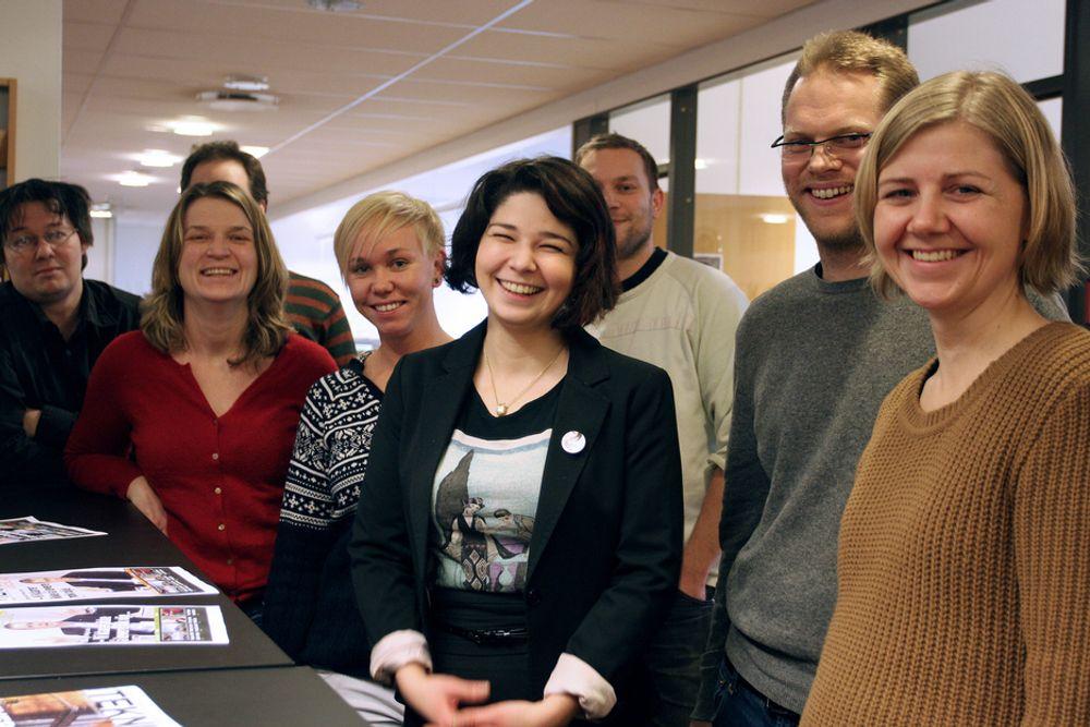 VELKOMMEN: Kolleger i redaksjonen ønsker Maria Amelie velkommen. Fra venstre Dag Yngve Dahle, Mona Sprenger,  Mona Strande, Maria Amelie, Per Erlien Dalløkken, Øyvind Lie og Jannicke  Nilsen.