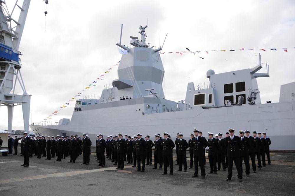 TIL UNNSETNING: Forsvarets fregatter Thor Heyerdahl (bildet) og Helge Ingstad fikk reddet forskningsfartøyet i siste liten i morgentimene fredag.