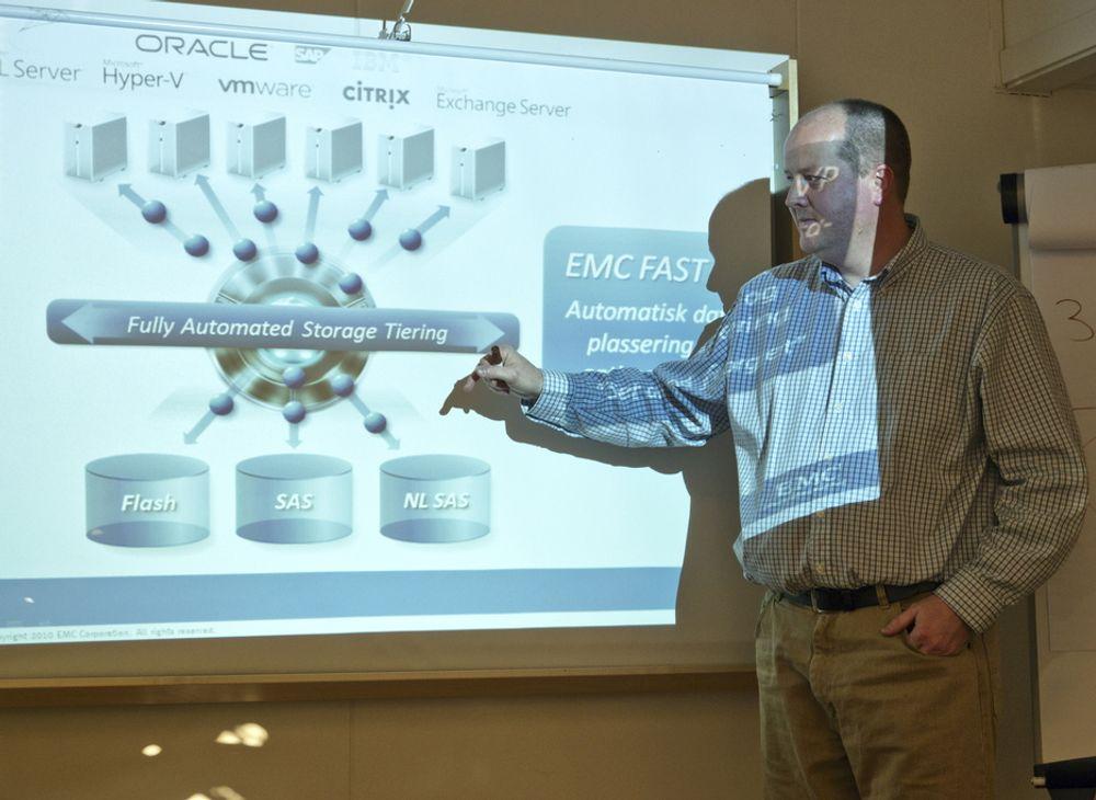 NY TEKNOLOGI: Senior teknologikonsulent i EMC, Roger Samdal forklarer hvordan EMCs nye lagringsteknologi er forbedret fra de tidligere utgavene.