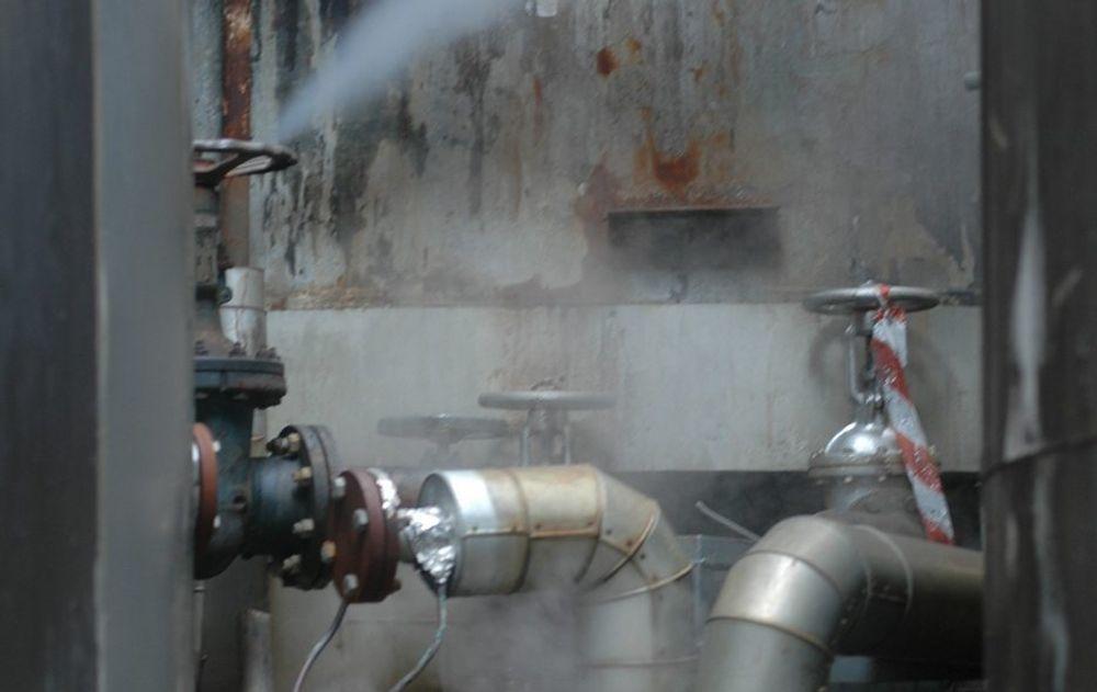 MULIG LEKKASJE: Disse tankene med farlig avfall hos Oleon i Sandefjord lekker, ifølge Bellona. Her lagrer Mongstad-baserte DVS Norge farlig avfall fra oljeindustrien, men Oleon har bare tillatelse til å lagre prosessvann.