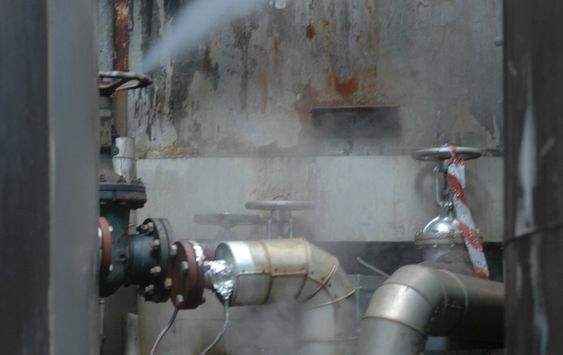 Bellona-aksjon mot Oleon i Sandefjord 200611. Dette er en av tankene hvor avfallet er lagret.