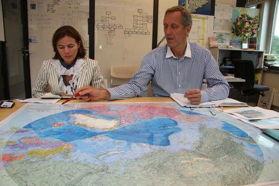 ENROMT: Arktiske strøk nord for Polarsirkelen dekker ca. 6 prosent av jordkloden, men kan inneholde så mye som 20 prosent av verdens olje- og gassressurser. Kommunikasjonsdirektør Mariken Holter og konserndirektør Bjørn Gundersen i nye Kværner studerer kartet over nordområdene.
